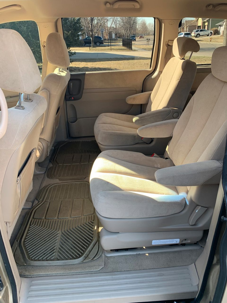 2006 Kia Sedona LX | Sioux Falls, SD, Sunset Gold (Gold & Cream), Front Wheel