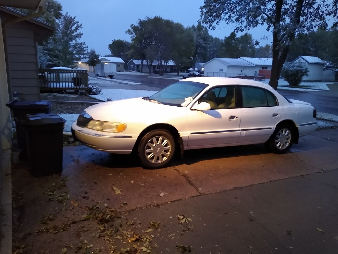 2001 Lincoln Continental Base | Sioux Falls, SD, White PS Clearcoat Metallic TC (White), Front Wheel